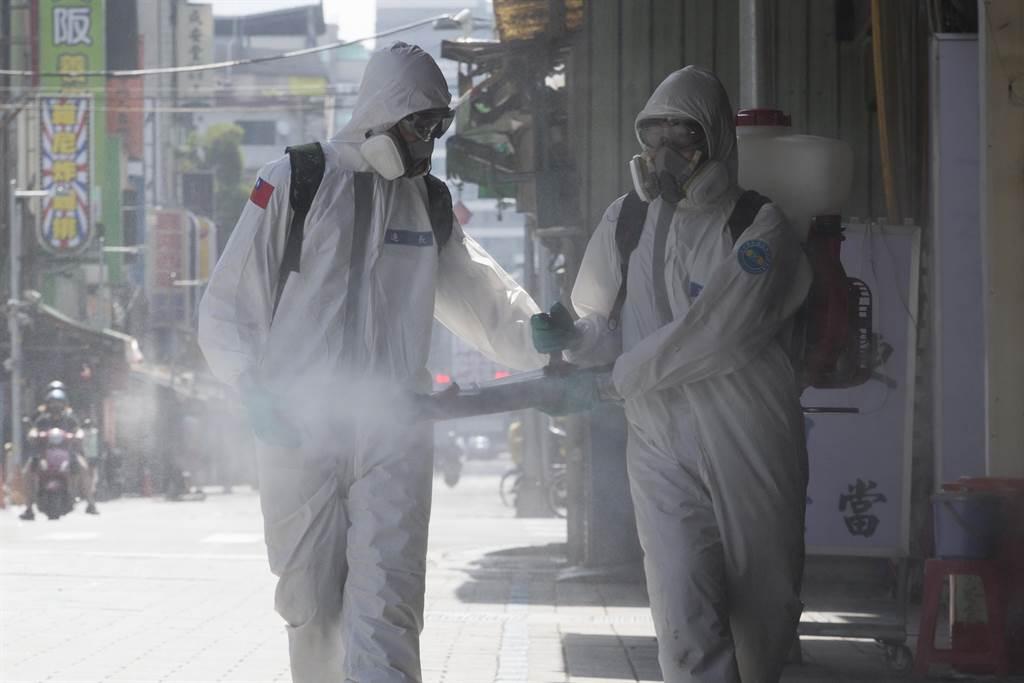 全國新冠肺炎疫情升溫,三天本土暴增719例確診,圖為疫情最嚴重的台北萬華區,啟動地毯式大消毒。(資料照/杜宜諳攝)