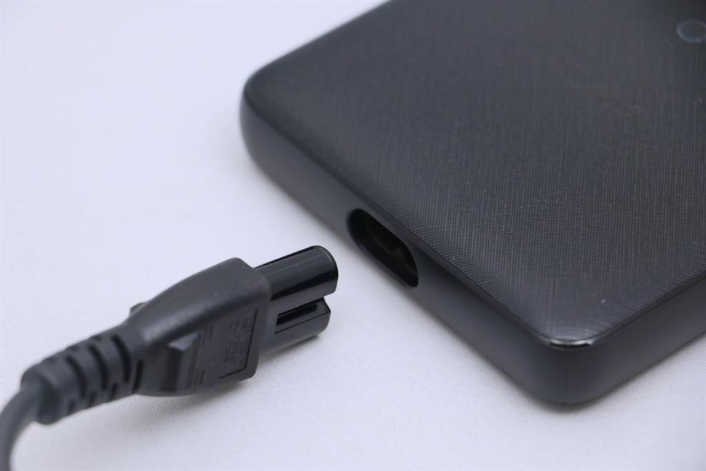 Anker A2045 PowerPort Atom IlI Slim充電位置。(黃慧雯攝)