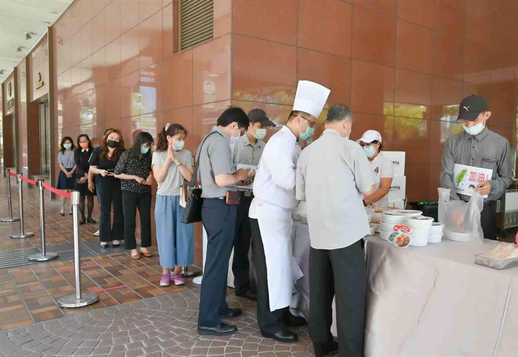 高雄福華飯店17日起開賣便當,今午半小時賣出100多個。(業者提供/柯宗緯高雄傳真)