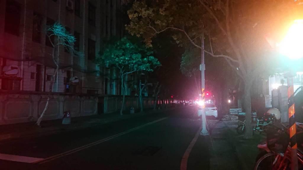 台南市17日晚間8時許大停電,許多路燈不亮。(程炳璋攝)