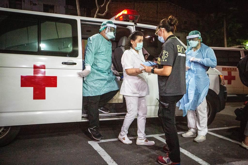 為清空全院,高市府派出2輛防疫遊覽車、3輛防疫救護車至醫院待命。(袁庭堯攝)