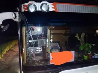 疑因夜色昏暗 金門遊覽車追撞少年遊客
