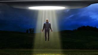 男子在家遭到外星人綁架  女友親眼見證「漂浮在半空中」