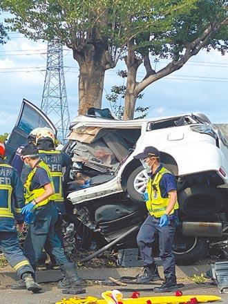 自小客撞樹凹成兩截 車內雙亡