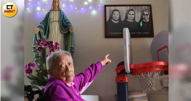 李修女指著幼稚園走廊上的老照片,講起她與另外兩名修女創辦立聖幼兒園(原立德幼稚園)的事蹟。(圖/張文玠攝)