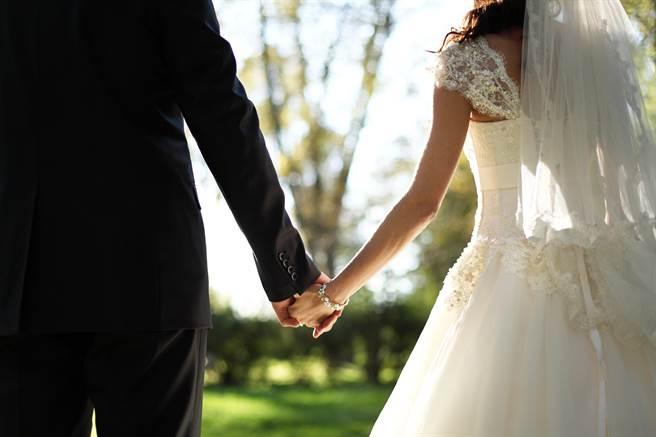 近日大陸一名新郎在迎親時,被要求唸完誓詞,沒想到他卻不願意,不但火大撕毀誓詞紙,還逼問新娘:「嫁不嫁?」。(示意圖/達志影像)