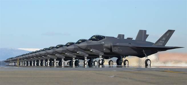 25架F-35A戰機2021年4月7日在阿拉斯加艾爾生空軍基地(Eielson Air Force Base)一字排開,準備起飛參加軍演的畫面。(美國空軍)