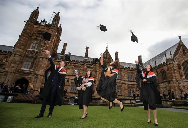 在中國大陸與西方國家的地緣政治、經濟和科技對決中,控制留學生流向可能成為北京當局的政策選項之一,澳洲留學產業很可能成為中國懲罰的下一個目標。圖為雪梨大學畢業典禮上的中國留學生。(圖/新華社)