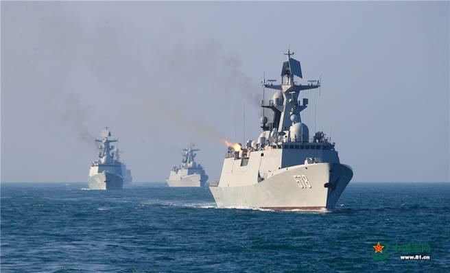 大陸近年來海軍艦艇發展速度為史上僅見,其戰艦總數量已可在亞洲地區挑戰美國海軍。圖為解放軍東部戰區海軍驅逐艦支隊實戰化海上練兵。(圖/中國軍網)