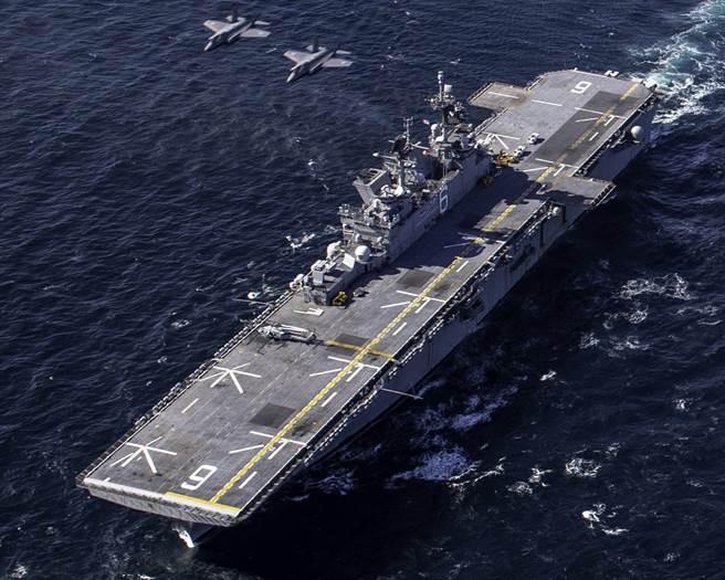 日本加賀號兩棲護衛艦是出雲級第二艦,預計會改裝為可搭載垂直起降戰機的輕型航母。(圖/美國海軍)