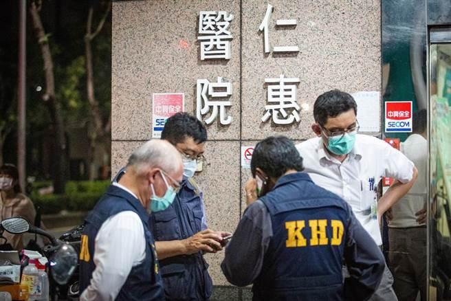 高市衛生局派員至現場監控消毒及清空作業。(袁庭堯攝)