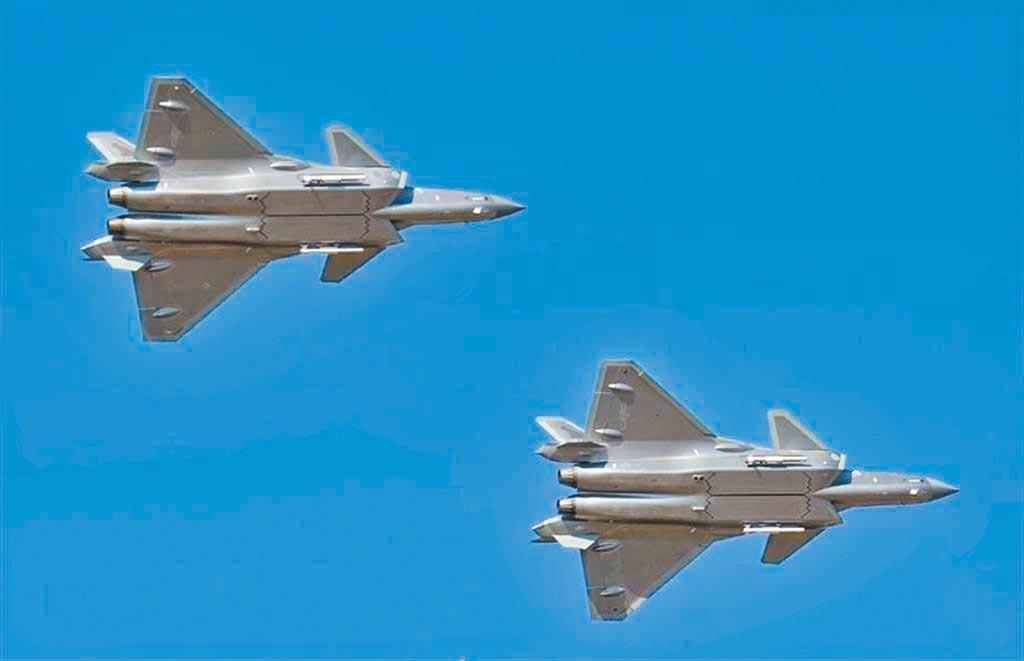 新加坡聯合早報網微博今報導,中國解放軍將在7月1日舉行空中表演,慶祝中共建黨100週年。圖為殲-20「威龍」隱形戰機(資料照,摘自新浪軍事)