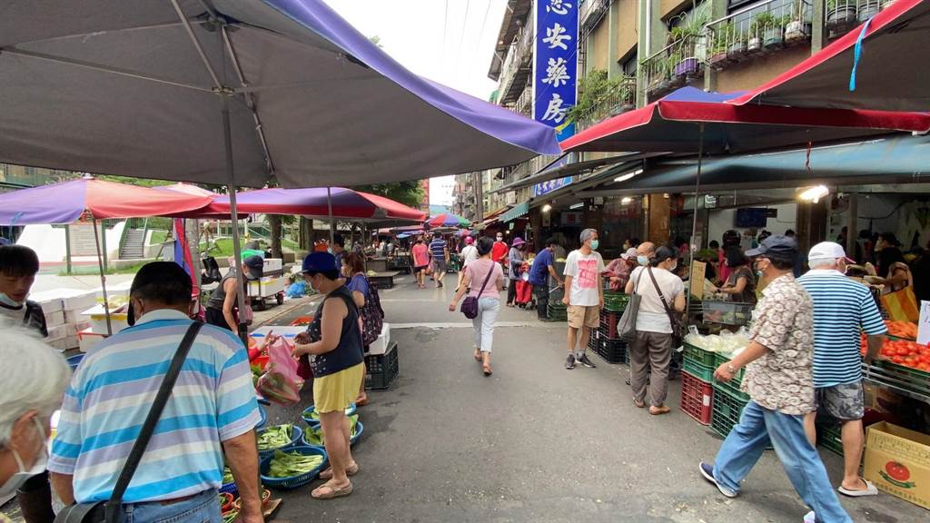 基隆市長林右昌緊急宣布,七堵南興市場從今天中午12點起至5月30日零時停業。(陳彩玲攝)