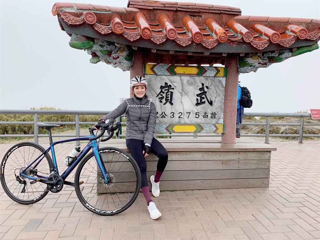 林逸欣騎單車登上武嶺。(旋轉娛樂提供)