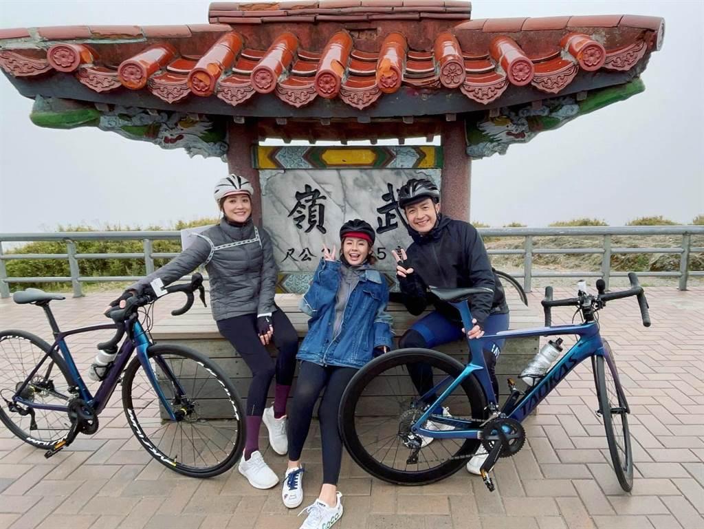 林逸欣、小鐘、鮪魚騎單車登上武嶺。(旋轉娛樂提供)
