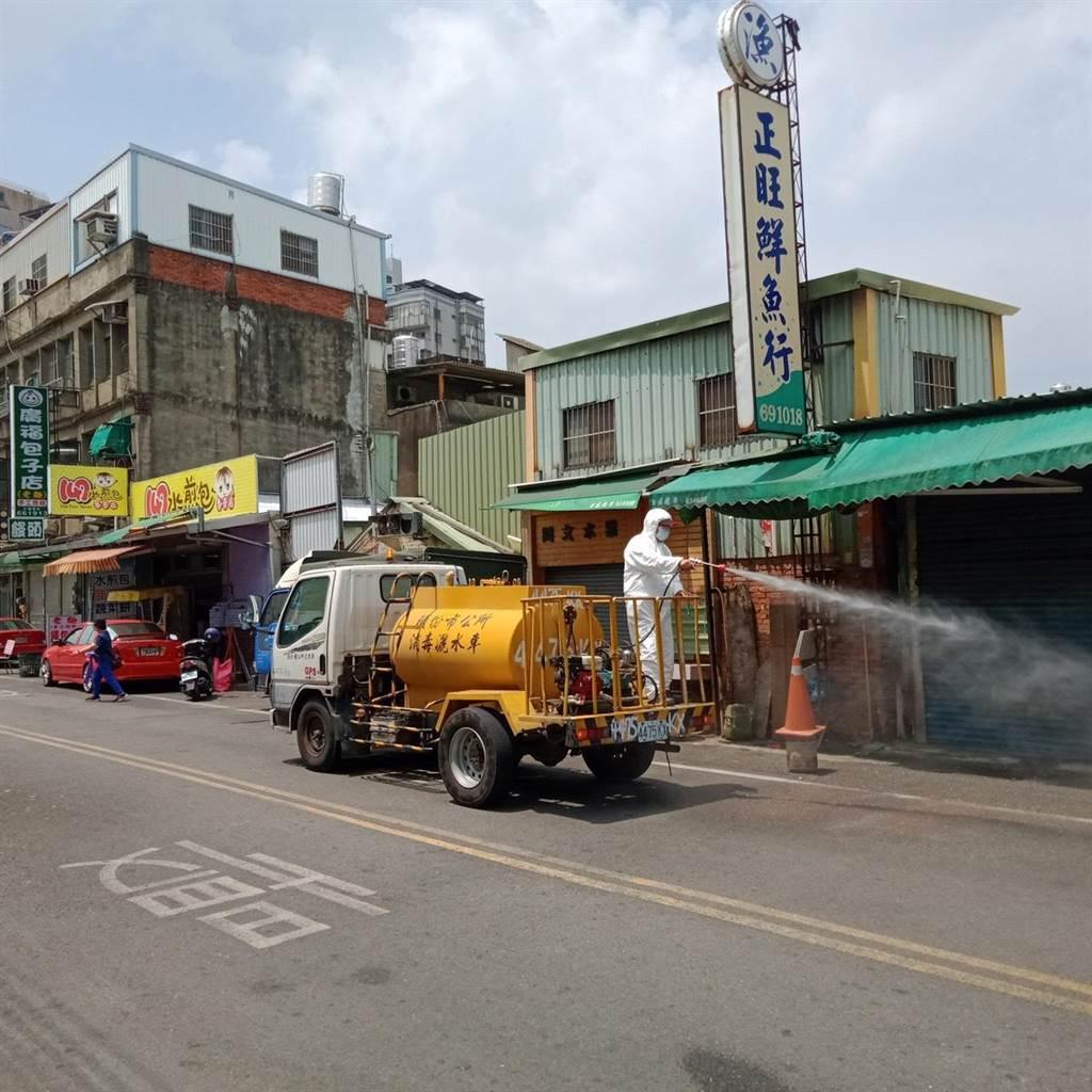 頭份市公所清潔隊18日上午赴黃昏市場全面清消。(讀者提供/謝明俊苗栗傳真)