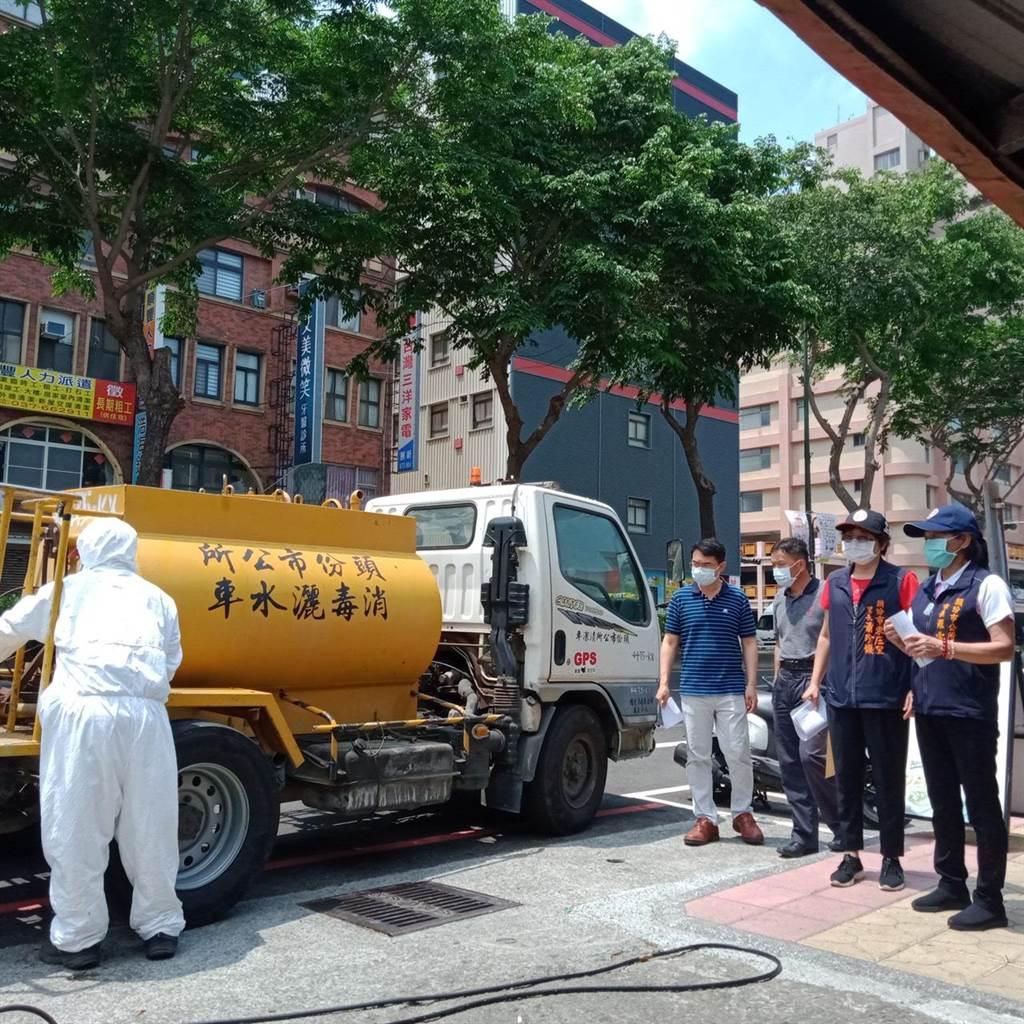 頭份市長羅雪珠18日上午親自帶隊指揮清消黃昏市場。(讀者提供/謝明俊苗栗傳真)