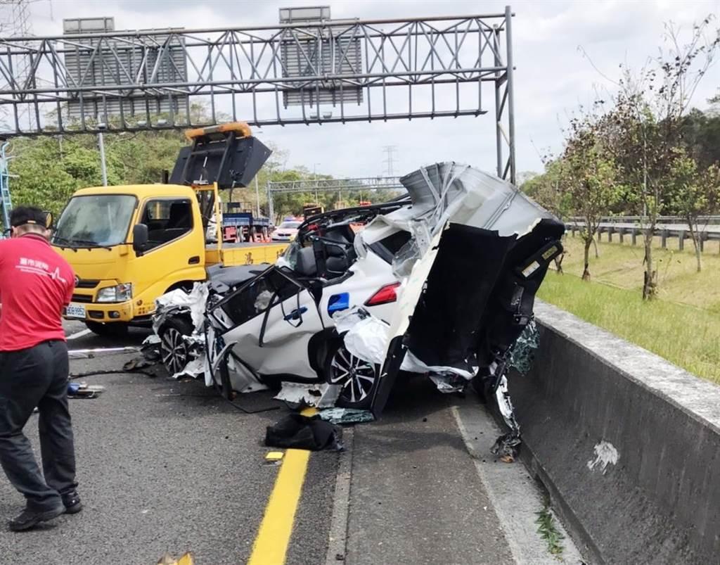 休旅車幾乎撞成廢鐵,30歲駕駛滿臉鮮血卡在車內。(警方提供∕呂妍庭嘉義傳真)