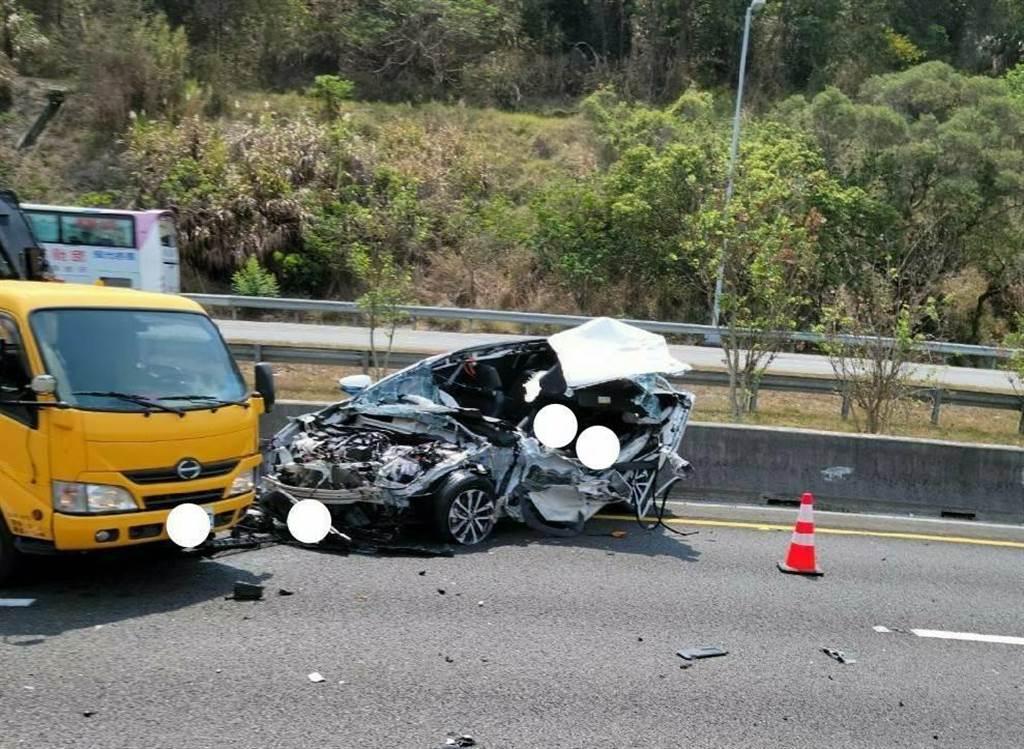 休旅車撞擊工程車後幾成廢鐵,30歲駕駛滿臉鮮血卡在車內。(警方提供∕呂妍庭嘉義傳真)