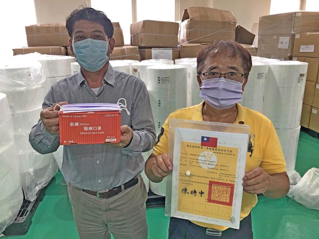 衛廉公司總經理陳澤林(右)和金湖鎮長陳文顧(左)開心展示生產許可證和醫療級口罩成品。(李金生攝)