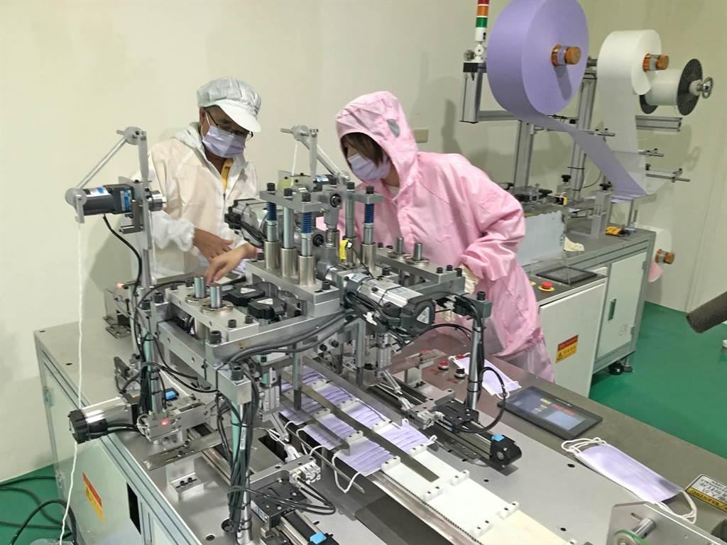 陳澤林親上醫療口罩生產線,與員工檢視出品成樣。(李金生攝)