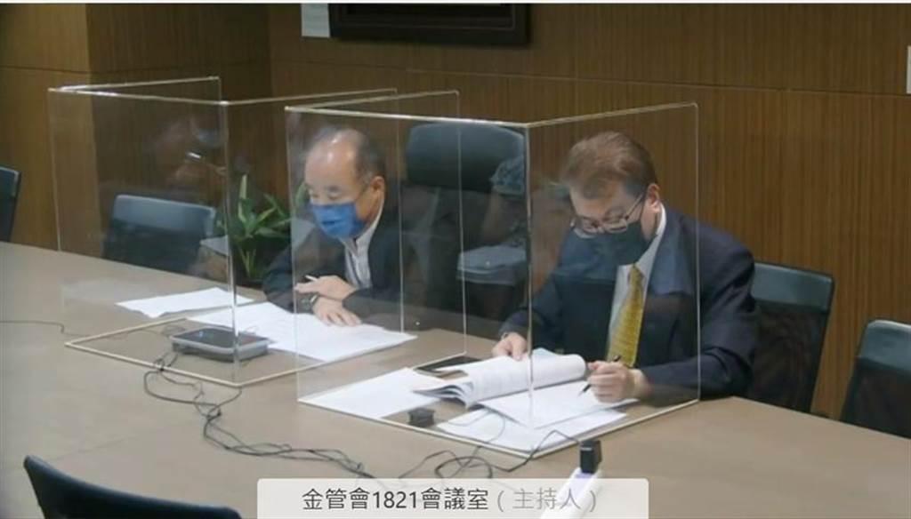 保險局副局長張玉煇(左)說明防疫保單情況。(圖/彭禎伶)