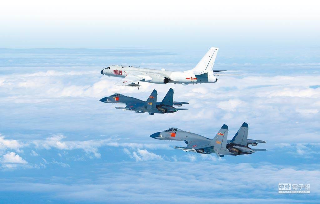 中共解放軍軍機近期頻頻繞台。圖為轟6K和蘇愷30。(新華社)