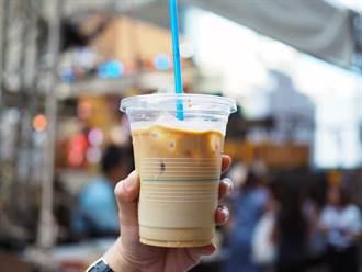 台北人有多怕疫情?飲料店員曝:錢用丟的!