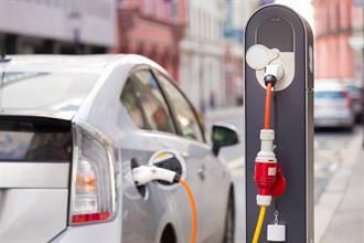 【新聞多益】用電大戰!電動車常看到的E.V.是哪兩個英文字