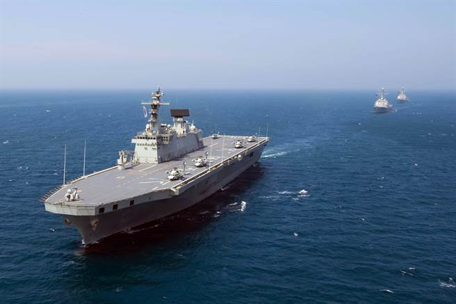 韓國自行建造了2艘中型的獨島級兩棲攻擊艦,具備兩棲作戰與反潛功能。圖為獨島號兩棲攻擊艦與美軍聯合演習。(圖/美國海軍)