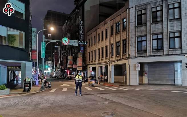 台電興達電廠日前因為人為操作失誤,造成4個機組跳機,17日晚間8時左右國家警報大響,台電表示,晚間8時10分因負載突升,供電能力不足,8時50分執行分區輪流停電。圖為台北市漢口街與延平南路停電,警方也派員到場指揮。(陳君瑋攝)