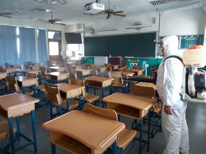 全台37位學生確診,全國各級學校全部停課。圖為彰泰國中因有兩名同班的國三生相繼染疫,前天全校緊急宣布停課大消毒。(彰化縣政府提供/謝瓊雲彰化傳真)