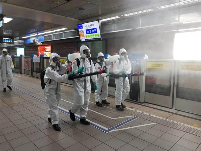 陸軍第六軍團33化學兵群18日前往交通場站消毒,要讓通勤族安心搭乘大眾交通運輸系統。(台北市環保局提供/張立勳台北傳真)