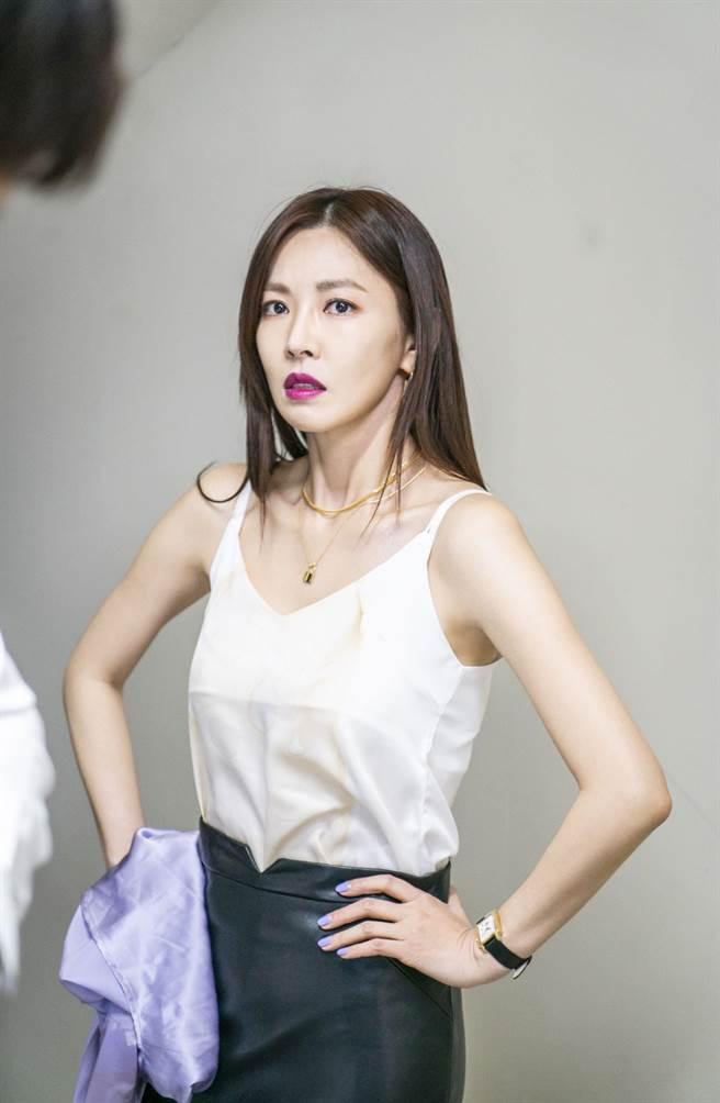 《世上最漂亮的女兒》劇情中金素妍不耐煩等著洪玄宗脫襯衫。(中天娛樂台提供)