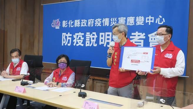 彰化縣衛生局長葉彥伯(左)說明彰化縣葡萄盤商的病毒傳播鏈,透過歌友會散播已再新增22名確診者案例。(謝瓊雲攝)