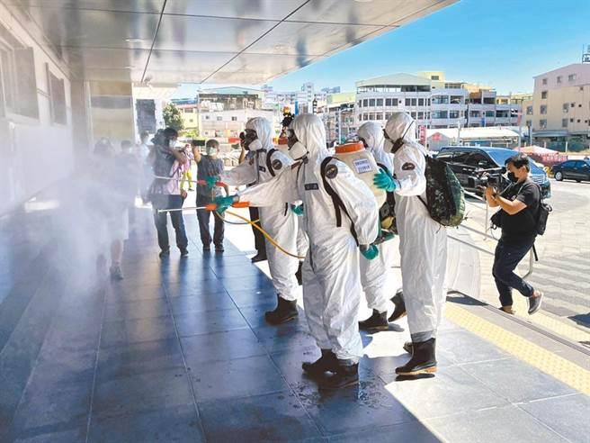 為了防範病毒擴散,高市府各局處15日在各業管範圍消毒,環保局更是在3天內動員700多人,清消約400個點次。(資料照)