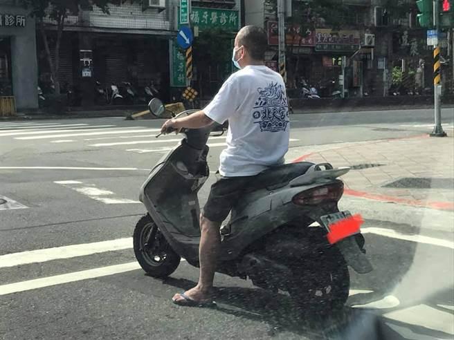 一張阿伯的騎車照在網路上爆紅,不少網友調侃未戴安全帽的阿伯,面對嚴峻的疫情,卻仍不忘戴上口罩,是「兩權相害取其輕」。(圖/翻攝自《路上觀察學院》臉書社團)