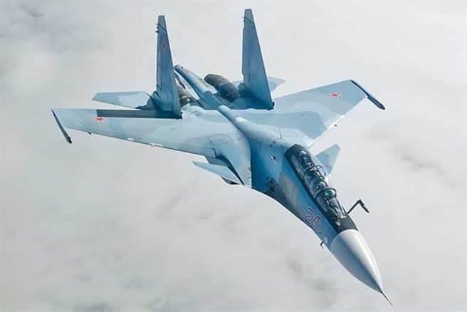 俄羅斯Su-30戰機。此戰機為雙座多功能型,多數的Su-30有一對前翼與向量噴嚨,不過,俄國賣給中國大陸的Su-30則沒有前翼。(圖/俄羅斯空軍)