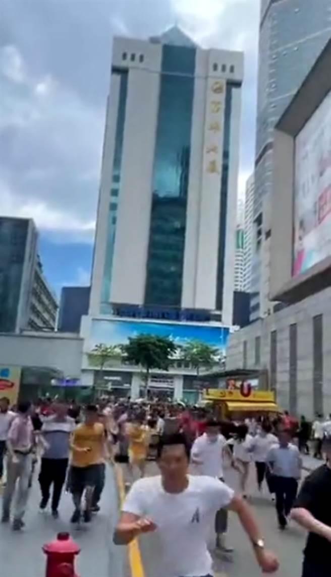 大批民眾從大廈撤離。(影片截圖/微博)