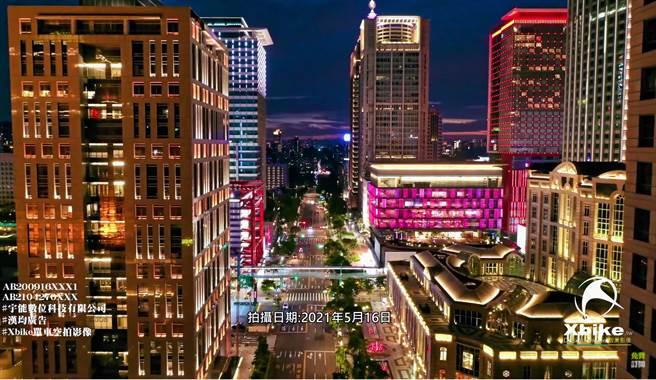 三級防疫後 空拍台北市信義區夜景紀錄。(圖/翻攝自  Xbike 航拍攝影Drone)