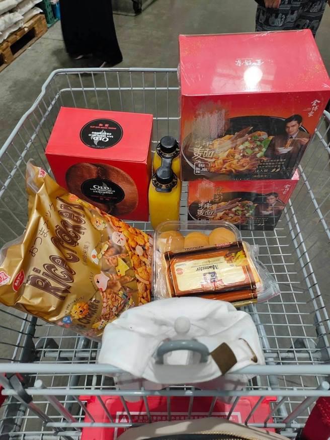 網友PO出購物籃中的伴麵。(圖/截自臉書 Costco好市多 商品經驗老實說)