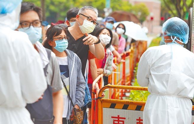 台北市在萬華新增快速篩檢站,但是僧多粥少,許多在大太陽下排了2個小時隊的民眾在得知當日額滿明天請早的消息後,怒氣沖沖的找醫護人員抗議。(季志翔攝)