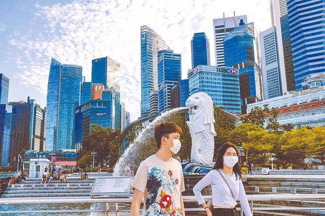 以「抗疫模範生」享譽國際的台、星、越等近日紛紛宣告淪陷。新加坡17日新增38例本土感染,創下去年4月迄今最高的紀錄。(美聯社)