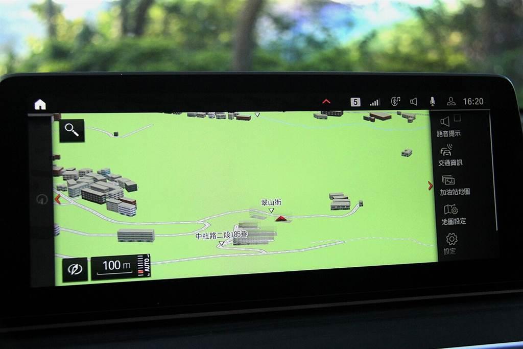 630i GT所標配的智能衛星導航,在計算導航路線時會結合即時交通狀況選擇最佳路線,而當執行導航期間,路途中的交通狀況獲得改善有更好的路線時,系統會隨時關注並在當下跳出新的建議路線,詢問駕駛使否要切換新路線,讓旅程的前進隨時保有最高效率。另外,還標配非常實用,能提供豐富訊息的多彩高解析度的抬頭顯示器。