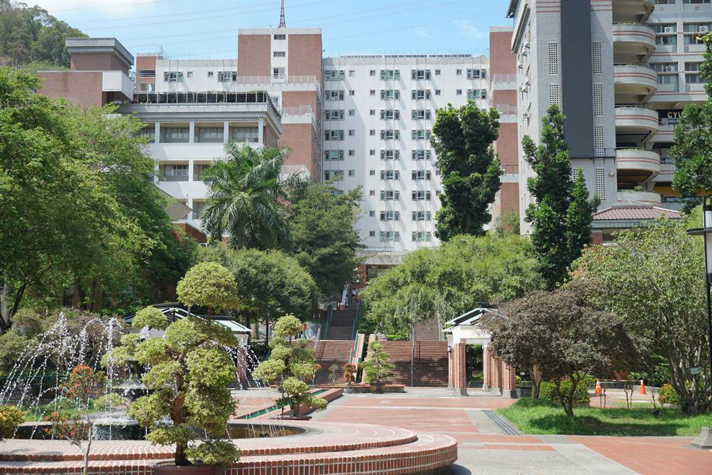 朝陽大學宿舍19日傳出有一位住宿學生確診,該生已連夜送往中國醫藥大學就醫。