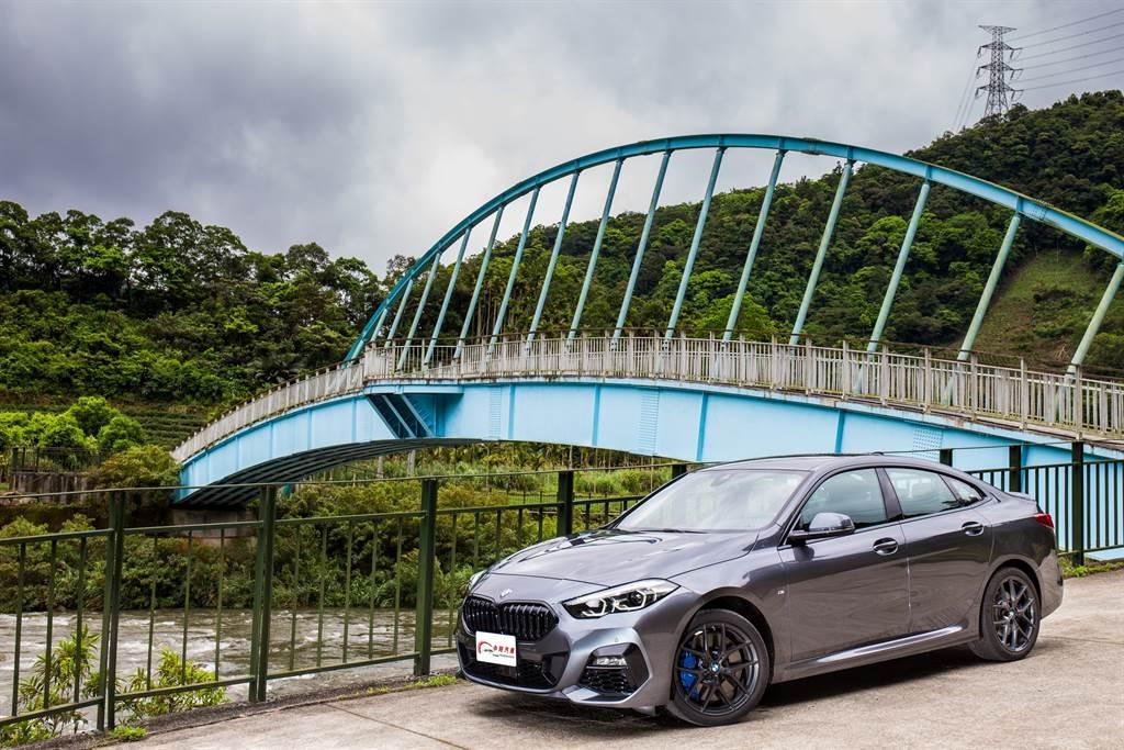 藉著推出新年式車型,BMW一併推出中階的20i動力車型,同時總代理也將1系列/2系列兩車款過去稱為M Sport的運動化套件改名為Edition M。(圖/陳彥文攝,以下同。)