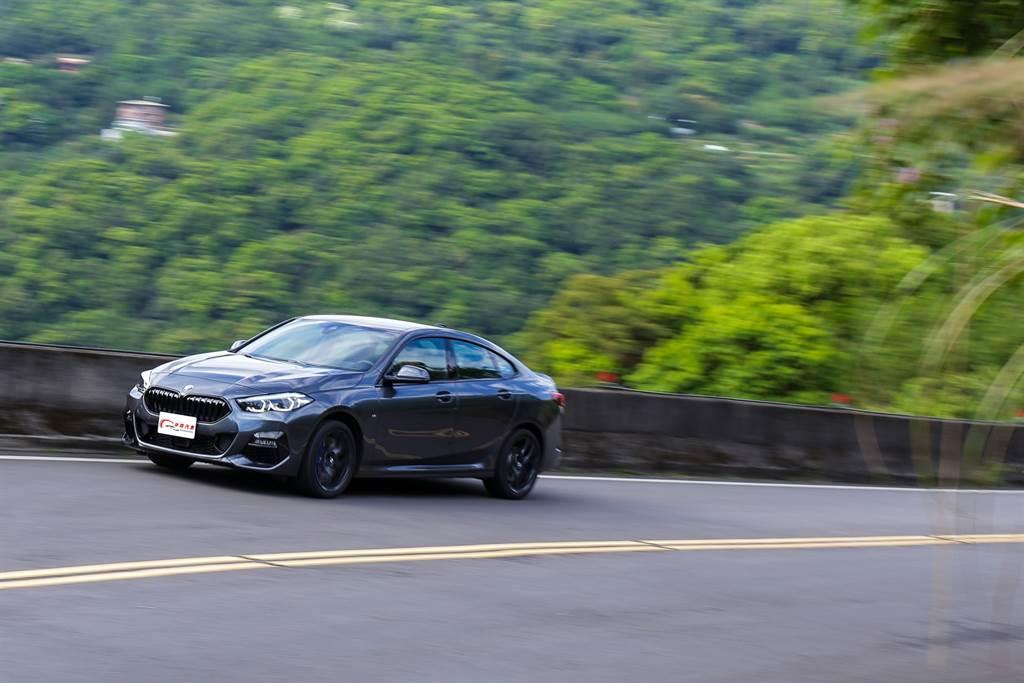 架構於新一代的UKL前驅橫置平台,使得BMW經典的直六引擎、後輪驅動配置都不復見。