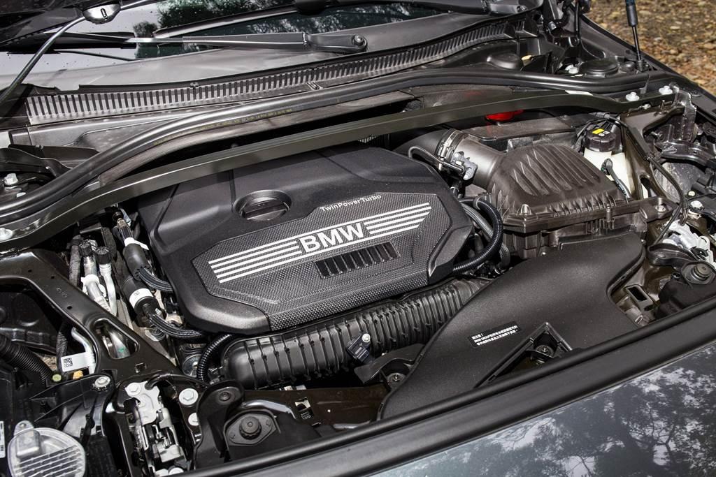 引擎搭載2.0L直四單渦輪雙渦流引擎,與頂規M235i系出同源,擁有178hp/5000rpm最大馬力與280Nm/1350rpm最大扭力。