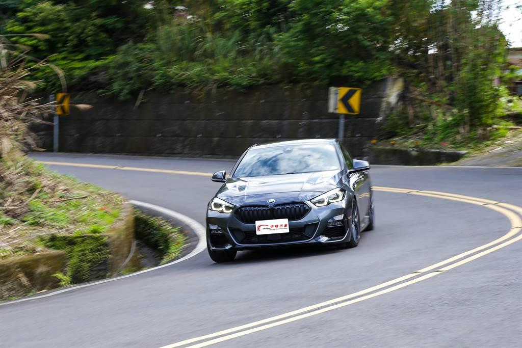 儘管採用BMW少用的前驅配置,220i仍舊有著一身好身手。