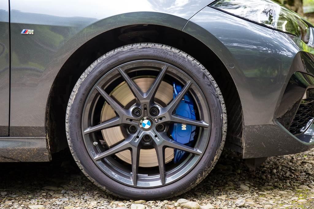 220i標配的M款煞車套件擁有相當優異的制動性能,可惜配胎Continental EcoContact6為經濟取向用胎,限制了220i的一身功夫。